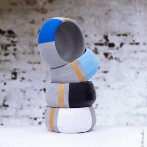Vier Beton-Töpfe modern bemalt mit dem Marabu Yono Marker in Weiß, Schwarz, Hellblau und Blau