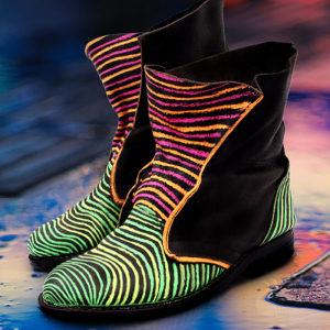 Schwarze Boots im Neonstreifen-Look gestaltet mit Marabu Yono Marker