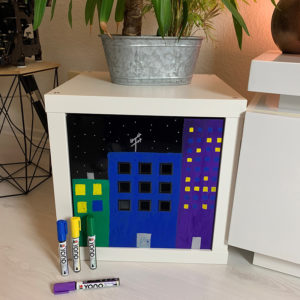 Wolkenkratzer bei Nacht gemalt auf eine schwarze Kunststoffbox mit den Marabu Yono Marker in Grün, Blau, Violette und Gelb