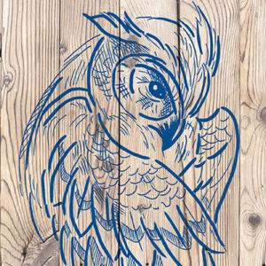 Helle Holz-Paneele gestaltet mit einem blauen Eulen-Motiv mit dem Marabu Yono Marker