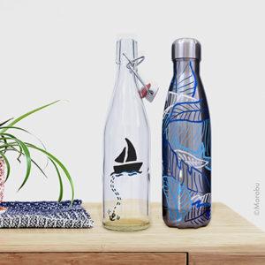 Zwei Flaschen mit maritimen Mustern in Weiß und Blautönen gestaltet mit dem Marabu Yono Marker