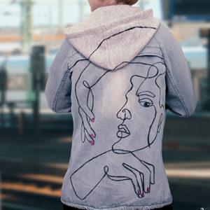 Graue Hoodie-Jacke bemalt mit einem One-Line-Art Gesicht und dem Marabu Yono Marker