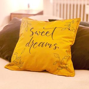 Gelbes Kissen mit dem Wunsch