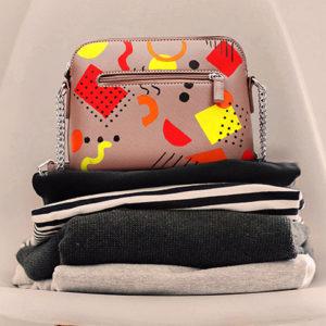 Kleine beige Handtasche mit gelben, orangenen und roten geometrischen Mustern gestaltet mit dem Marabu Yono Marker