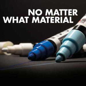 Linien auf schwarzem Papier aufgetragen mit dem Marabu Yono Marker in Hellblau, Blau und Weiß