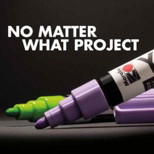 Ein Marabu Yono Marker in Violett und Hellgrün auf schwarzem Papier einsatzbereit für alle kreative Projekte