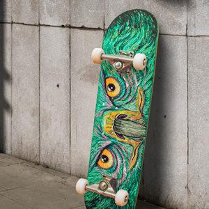 Skateboard mit Greifvogelaugen gestaltet mit grünem Marabu Yono Marker