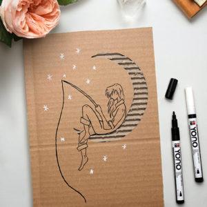 Wellpappe kunstvoll bemalt mit einem Mädchen sitzend in der Mondsichel und angelt sich den Marabu Yono Marker