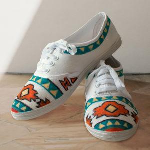 Helle Sneaker gestaltet mit einem Azteken-Muster in Grün, Gelb und Orange mit dem Marabu Yono Marker