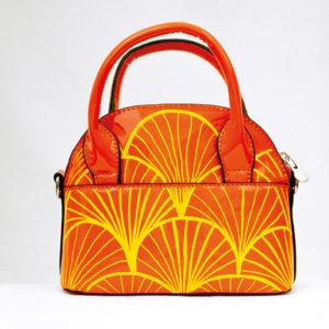 Orangene Handtasche bemalt mit dem Marabu Yono Marker mit gelben Art Decó Mustern