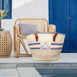 Korb-Strandtasche bemalt mit dem Marabu Yono Marker mit einem Boot-Motiv in den Farben Blau, Weiß und Rot