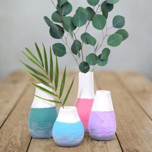Kleine weiße Vasen gestaltet mit dem Marabu Yono Marker in Pastell und befüllt mit grünen Zweigen